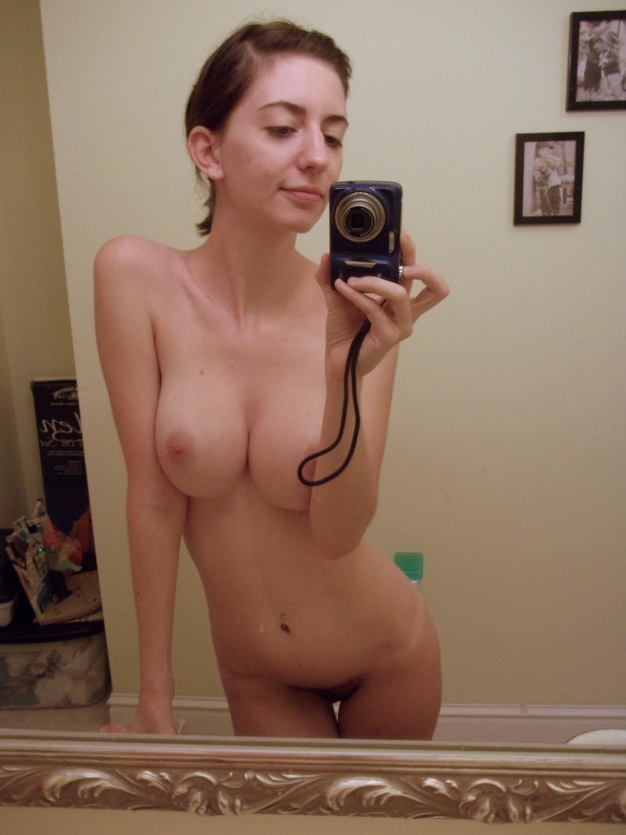 fille nue du 24 veut s'exciter en image